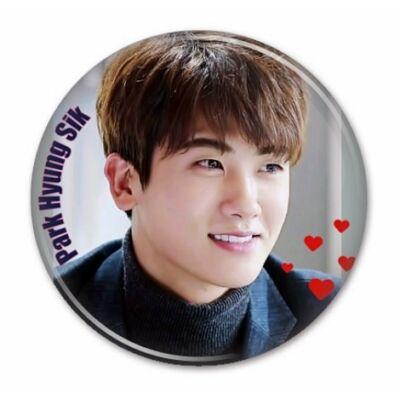 Park Hyung Sik - hűtőmágnes, vagy kitűző